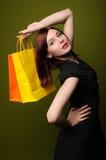 Mujer Redheaded con los bolsos de compras Fotos de archivo libres de regalías