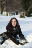 Mujer Redheaded que se reclina en la puesta del sol del invierno Fotografía de archivo