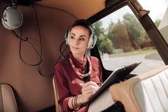 Mujer reflexiva pensativa que toma notas Imágenes de archivo libres de regalías