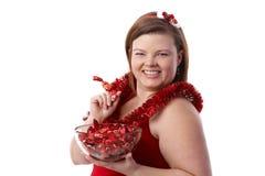 Mujer regordeta con la sonrisa de la pasta de azúcar de la Navidad fotografía de archivo