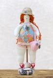 Mujer regordeta de la muñeca hecha a mano en un bañador y un sombrero de paja en a Imagenes de archivo