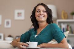 Mujer relajada con café imágenes de archivo libres de regalías