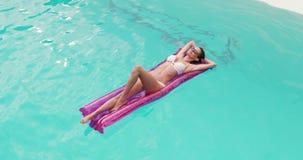 Mujer relajada con las gafas de sol en lilo metrajes