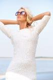 Mujer relajada con las gafas de sol enormes Imagen de archivo libre de regalías