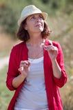 Mujer relajada del envejecimiento que disfruta del verano que vaga en el campo Imagen de archivo