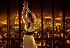 Mujer relajada en el top del edificio Imágenes de archivo libres de regalías