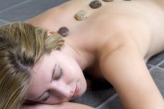Mujer relajada para un masaje y un balneario Foto de archivo