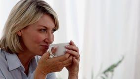 Mujer relajada que bebe una taza de té metrajes