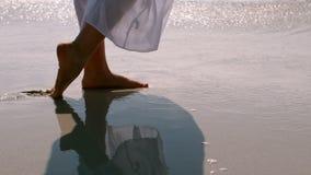 Mujer relajada que camina en la arena mojada almacen de metraje de vídeo
