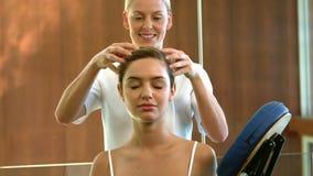Mujer relajada que consigue un masaje principal almacen de video
