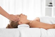 Mujer relajada que recibe el masaje principal imagen de archivo