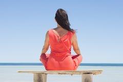 Mujer relajada y que medita en la playa Imagen de archivo libre de regalías