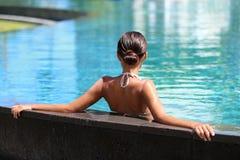 Mujer relajante de la relajación del centro turístico de la piscina foto de archivo libre de regalías