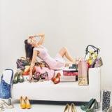 Mujer relajante del youn en el cuarto por completo de shoping Foto de archivo libre de regalías
