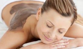 Mujer Relaxed durante un tratamiento del fango Fotos de archivo