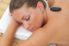 Mujer Relaxed que consigue el tratamiento del balneario Imagenes de archivo