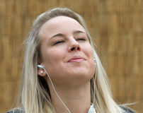 Mujer Relaxed que escucha los auriculares Imagen de archivo libre de regalías