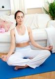Mujer Relaxed que hace yoga foto de archivo libre de regalías