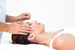 Mujer Relaxed que recibe un tratamiento de la acupuntura Fotos de archivo libres de regalías