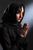 Mujer religiosa meditating en la adoración espiritual Fotografía de archivo libre de regalías