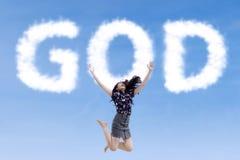 Mujer religiosa que salta con dios de las nubes foto de archivo libre de regalías