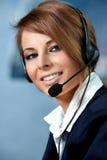 Mujer representativa del centro de atención telefónica con el receptor de cabeza Fotos de archivo