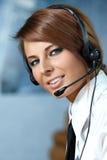 Mujer representativa del centro de atención telefónica con el receptor de cabeza Imagen de archivo