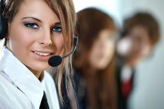 Mujer representativa del centro de atención telefónica con el receptor de cabeza. Foto de archivo