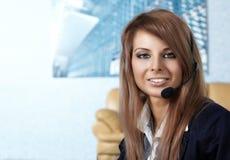 Mujer representativa del centro de atención telefónica con el receptor de cabeza Imagenes de archivo