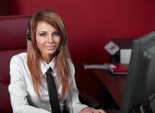 Mujer representativa del centro de atención telefónica con el receptor de cabeza. Fotografía de archivo