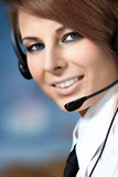 Mujer representativa del centro de atención telefónica con el receptor de cabeza. Fotografía de archivo libre de regalías