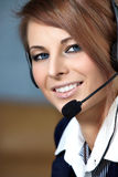 Mujer representativa del centro de atención telefónica con el receptor de cabeza. Imagen de archivo