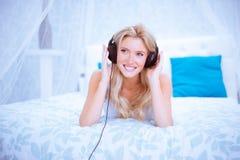 Mujer reservada que disfruta de una cierta música en su dormitorio Fotos de archivo