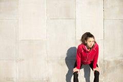 Mujer resuelta que descansa después de correr Imagenes de archivo