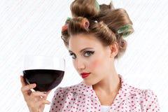 Mujer retra con el vino imagen de archivo