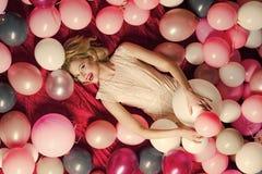 Mujer retra con los globos del partido, celebración El Pin encima de la mujer en globos, pote redondo se ruboriza Imagen de archivo