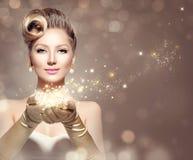 Mujer retra del día de fiesta con las estrellas mágicas Imagenes de archivo