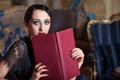 Mujer retra del estilo con el libro del menú Fotos de archivo libres de regalías