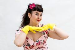 mujer retra del estilo de los años 50 que lleva guantes de goma amarillos fotografía de archivo libre de regalías