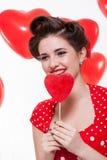 Mujer retra hermosa que celebra a tarjetas del día de San Valentín imágenes de archivo libres de regalías