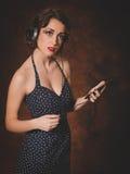 Mujer retra que escucha la música del teléfono Imagen de archivo