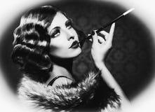 Mujer retra que fuma Imagen de archivo libre de regalías