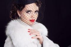 Mujer retra que presenta en abrigo de pieles de lujo. Portra de la muchacha del modelo de moda Imagenes de archivo