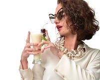 Mujer rizada de la moda con el smil feliz disponible del cóctel del colada del pina Foto de archivo
