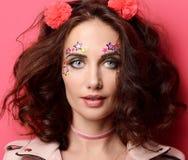 Mujer rizada de la moda hermosa feliz joven con las etiquetas engomadas de la estrella encendido Imagen de archivo