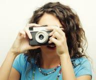 Mujer rizada joven con la cámara del vintage Imágenes de archivo libres de regalías