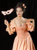 Mujer rococó en traje histórico con crinolina Foto de archivo