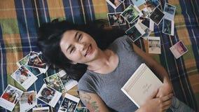Mujer rodeada por miradas de las fotos en la cámara almacen de video