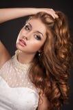 Forme a la mujer con la piel perfecta de los pelos marrones y el mA Imágenes de archivo libres de regalías