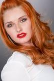 Mujer roja del pelo de Glamorour Foto de archivo libre de regalías